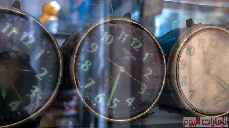في ساعة اليد التي قد تبدو بسيطة أكثر من 100 جزء دقيق متحرك، منها ما يعمل بالبطارية أو بالاهتزاز (الزنبرك)، وحتى بالطاقة الشمسية.