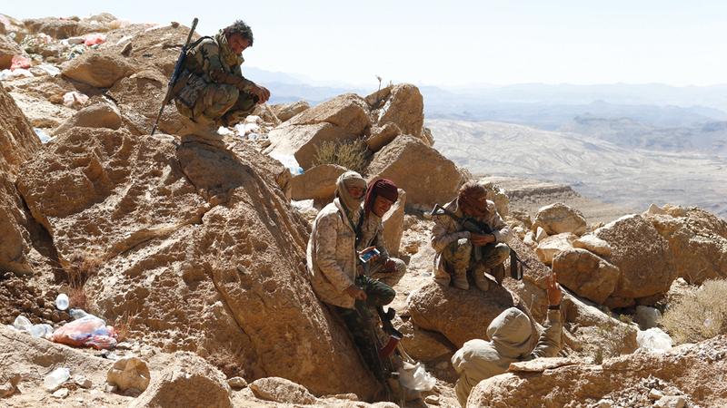 عناصر من القوات اليمنية في أحد المواقع في جبهة نهم بالقرب من صنعاء.  رويترز