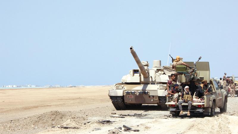 قوة من الجيش اليمني في إحدى مناطق المخاء.  رويترز