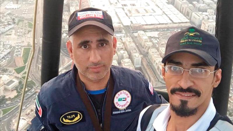 الإماراتيان عبدالعزيز وحسن المنصوري في أول تحليق من نوعه بالمدينة المنورة. وام