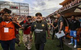 الصورة: مارادونا يتلقى أول خسارة مع فريقه الجديد.. ويحتج على التحكيم