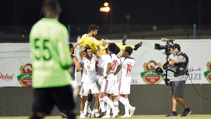 لاعبو الشارقة يحتفلون بالحارس عادل الحوسني، عقب الفوز على شباب الأهلي. تصوير: أسامة أبوغانم
