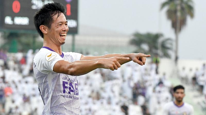 لاعب العين، الياباني شيوتاني، يحتفل بطريقته الخاصة بهدفه في مرمى النصر. تصوير: أسامة أبوغانم