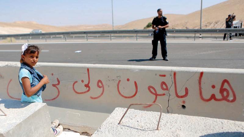 هنا باقون.. رسالة أهالي الخان الأحمر للاحتلال.  أرشيفية