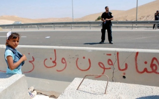 الصورة: مصير 45 عائلة في الخان الأحمر تقرّره «جرافات الاحتلال»