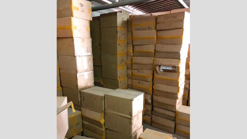 البضائع المقلدة المضبوطة تضمنت أجهزة إلكترونية وهواتف. من المصدر