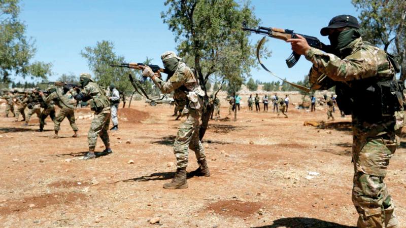 مقاتلون من هيئة تحرير الشام يتلقون تدريبات ميدانية.  أرشيفية