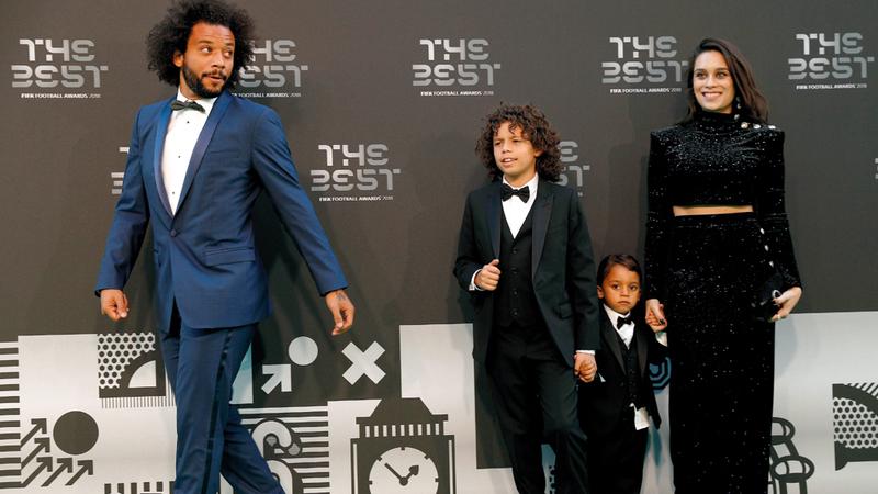 لاعب ريال مدريد البرازيلي مارسيلو مع زوجته وولديه بحذاء أبيض مميّز. أ.ف.ب
