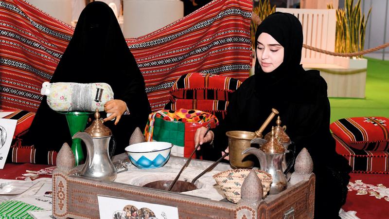 ورشة لصناعة الفخار وبيوت تراثية في ركن القرية. من المصدر