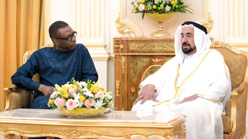 سلطان القاسمي أشاد بما قدمه الموسيقار السنغالي من فن راقٍ خلال افتتاح قاعة إفريقيا.  من المصدر