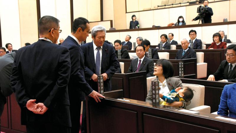 سياسية يابانية اضطرت لجلب طفلها معها في اجتماع محلي. أرشيفية