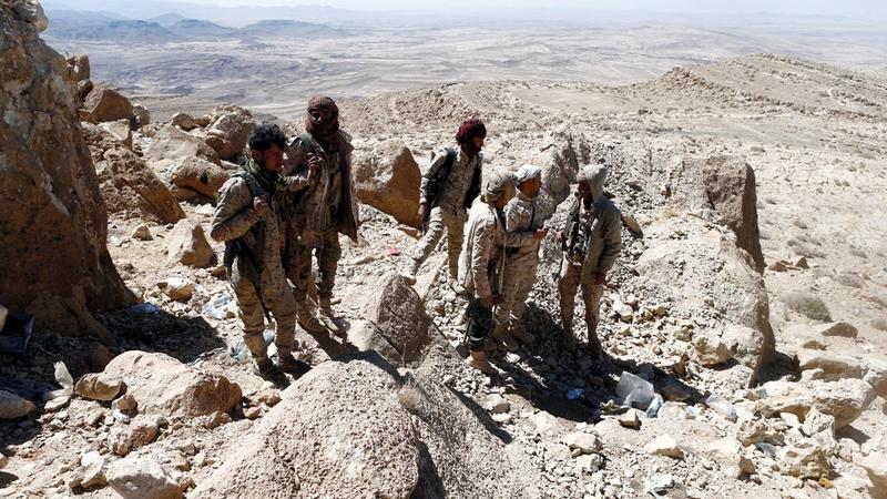 عناصر من الجيش اليمني في أحد المواقع بجبهة نهم القريبة من صنعاء. رويترز