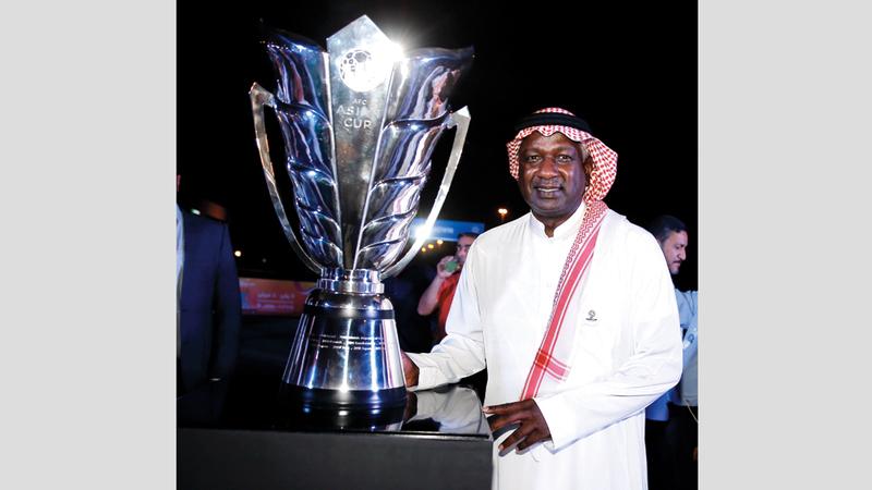 أسطورة كرة القدم السعودية ماجد عبدالله وسفير البطولة.  من  المصدر