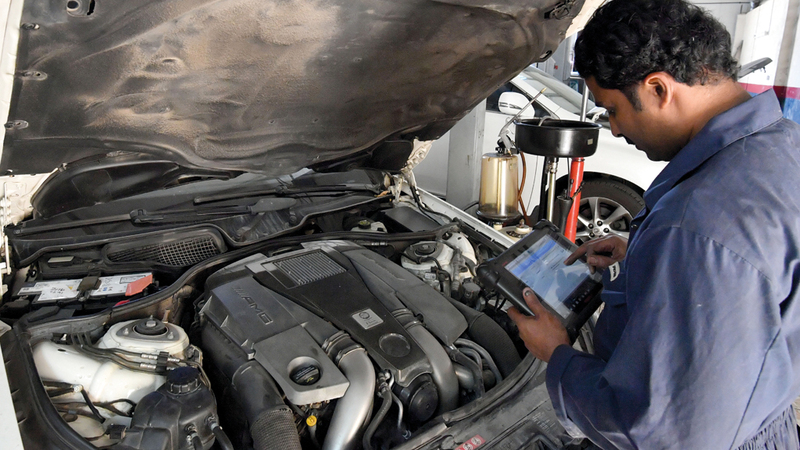 متعاملون اضطروا إلى دفع كلفة إضافية لصيانة مركباتهم في ورش من اختيارهم. تصوير: نجيب محمد