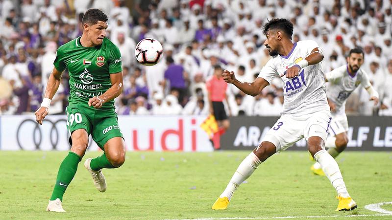 حوار كروي بين محمد أحمد (يمين) ولوفانور خلال المباراة. تصوير: إريك أرازاس