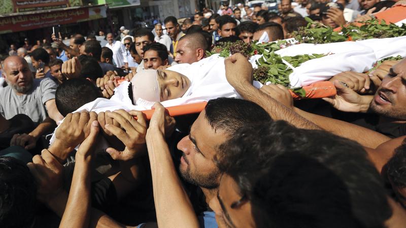 آلاف الفلسطينيين يشيّعون شهداء غزة.  أ.ب