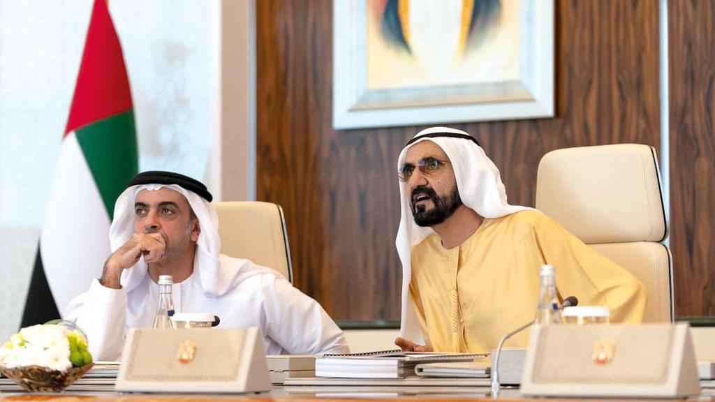 محمد بن راشد متحدثاً في اجتماع مجلس الوزراء بحضور سيف بن زايد. وام