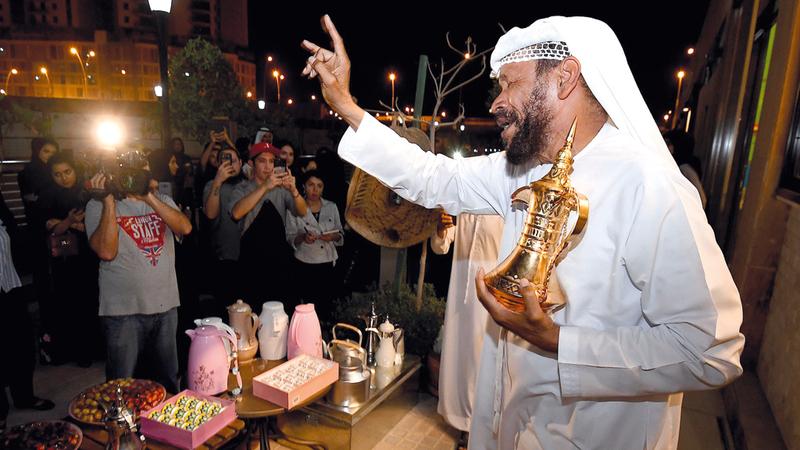 الشامسي قدّم عرضاً لكيفية إعداد القهوة كما كان يُعدّها للشيخ زايد. تصوير: إريك أرازاس