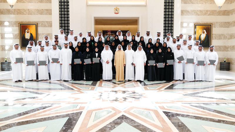 محمد بن راشد خلال تكريمه خريجي الدفعتين الرابعة والخامسة للقيادات التنفيذية في برنامج قيادات حكومة الإمارات. وام