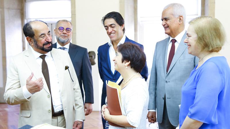 سلطان القاسمي خلال جولته في أروقة وأجنحة مكتبة أبورتو. الإمارات اليوم