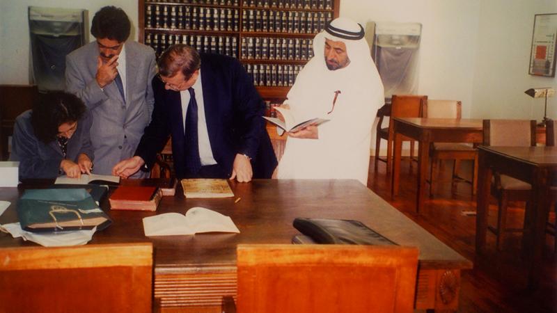 صورة أرشيفية لحاكم الشارقة خلال بحثه في مخطوطات مكتبة بلدية ابورتو عام 2000.