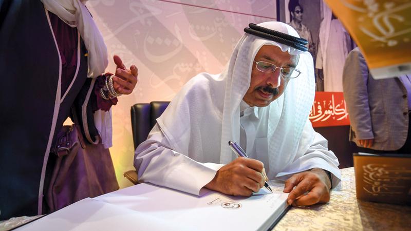 محمد المر خلال حفل توقيع الكتاب.  تصوير: آشوك فيرما