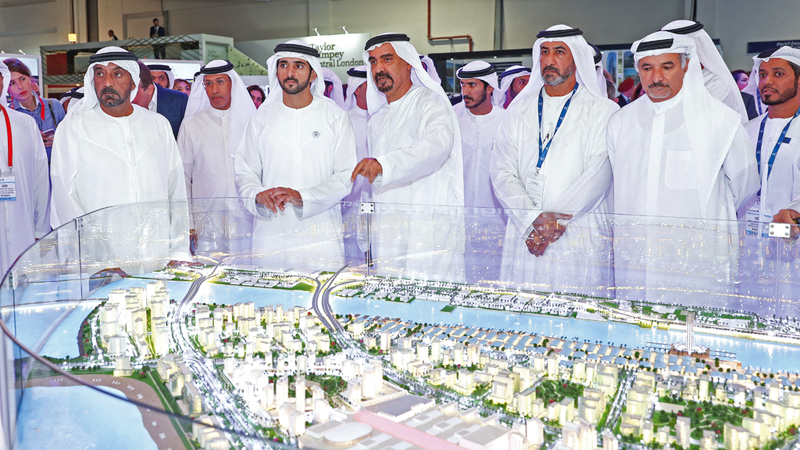 حمدان بن محمد خلال جولته في المعرض بحضور أحمد بن سعيد. وام
