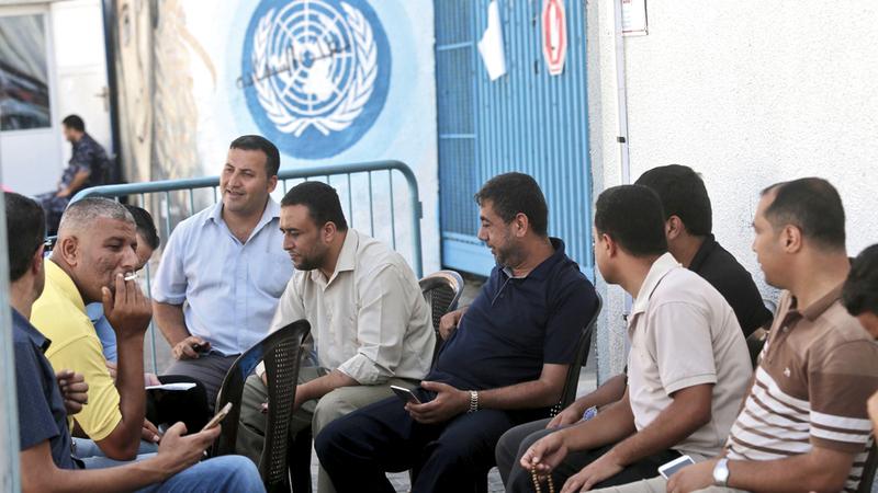 إضراب موظفي «أونروا» أمام مقر الوكالة في غزة. أ.ف.ب