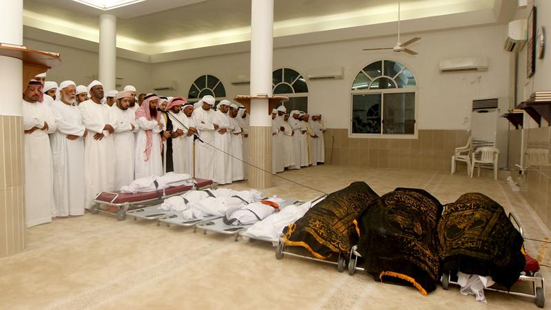 صلاة الجنازة على جثامين المتوفين.  تصوير: إريك أرازاس