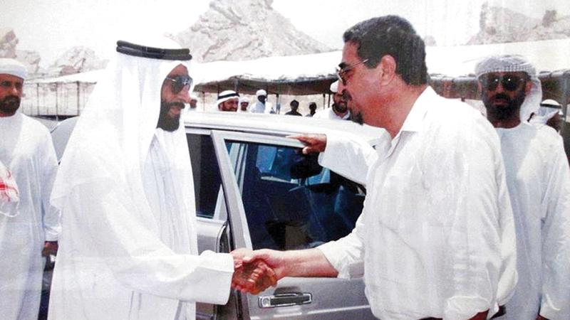 الشيخ زايد مصافحاً حمدي نصر قبل إجراء اللقاء. أرشيفية