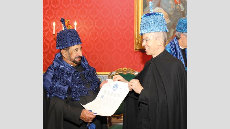 سلطان القاسمي خلال مراسم تكريمه في جامعة كويمبرا. الإمارات اليوم