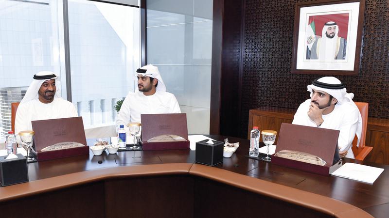 حمدان بن محمد أكد ضرورة مواصلة تطوير البنية الأساسية بمزيد من الخدمات لتعزيز مكانة دبي.  وام