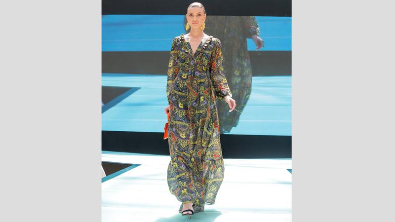 العروض هدفت إلى تقديم أزياء تناسب المرأة العربية وتتماشى مع العادات والتقاليد في المجتمع الإماراتي. من المصدر