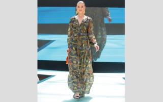 الصورة: «الأزياء المحتشمة» على منصّة العرض في أبوظبي