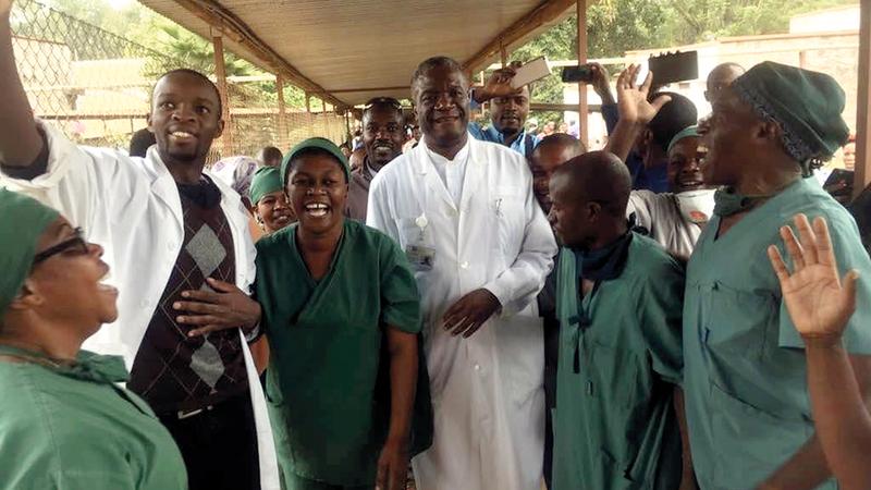 موكويغي (وسط) كان في غرفة العمليات عندما علم بفوزه بالجائزة. أ.ب