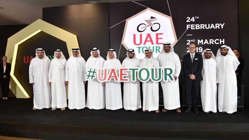 أعضاء اللجنة المنظمة العليا لطواف الإمارات والرعاة خلال المؤتمر الصحافي. من المصدر