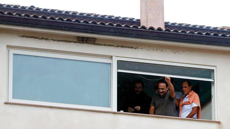 لوكانو يطلُّ على المحتجين من شرفة منزله.  رويترز