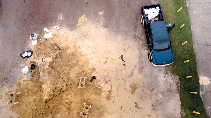 صورة من الجو لأناس يعبئون التراب في أكياس لاتخاذها ساتراً من الإعصار في بنما سيتي بولاية فلوريدا الأميركية.  أ.ف.ب
