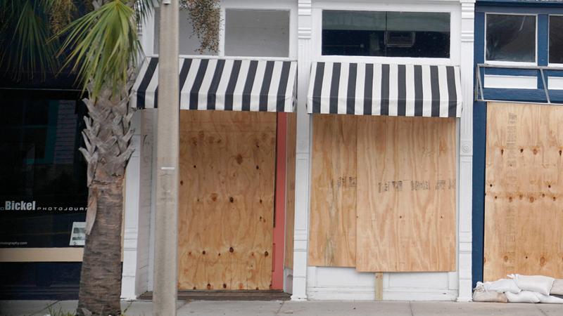 أغلقت الأبواب والنوافذ في فلوريدا تحسباً للإعصار.  رويترز