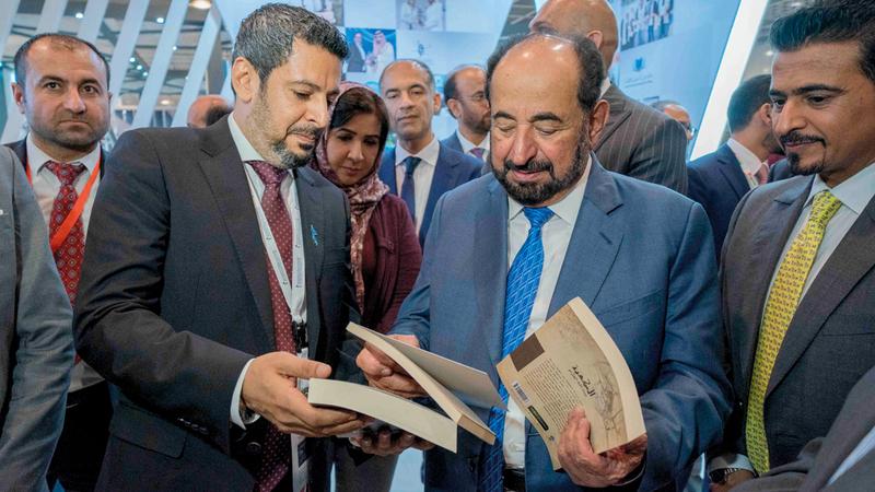 سلطان القاسمي خلال جولته على دور النشر العربية المشارِكة في معرض فرانكفورت للكتاب. وام