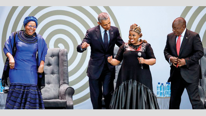 أوباما يرقص مع جدته في كينيا. غيتي