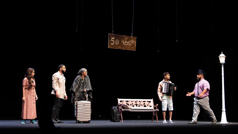 المسرحية محمّلة برسائل عدة حاول الفنانون إيصالها للجمهور. تصوير: أحمد عرديتي