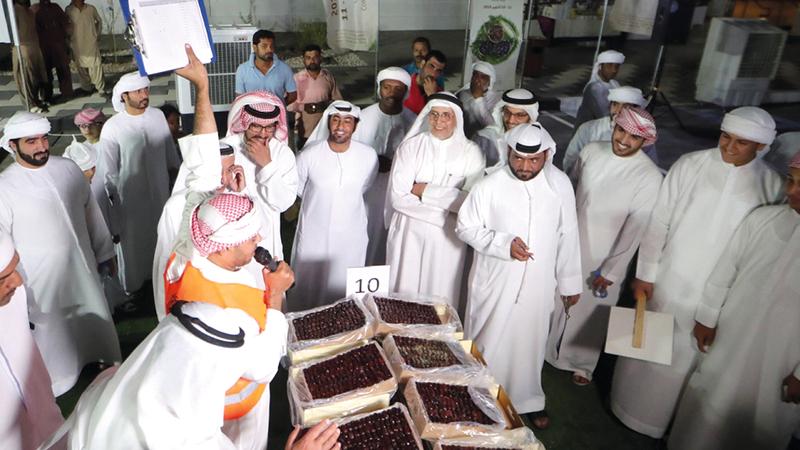 الأسر الإماراتية تحرص على اصطحاب أبنائها للمزاد لتعزيز صلتهم بالتراث الإماراتي العريق. من المصدر