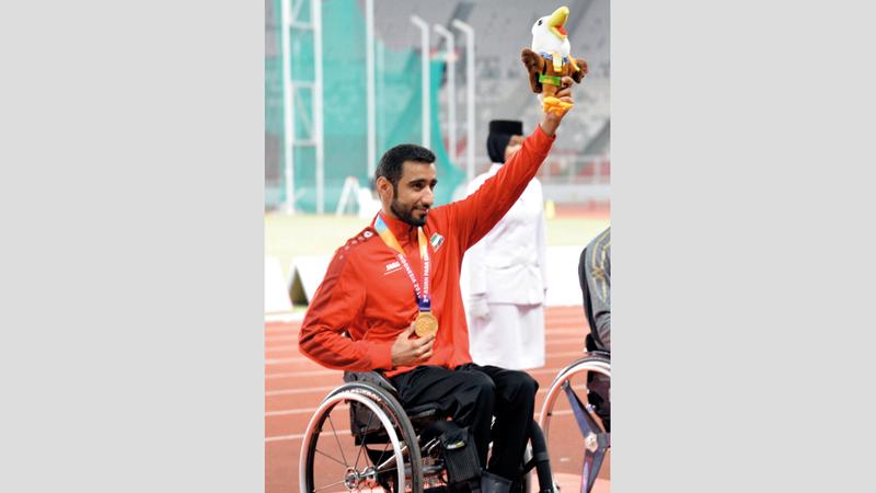 محمد القايد يحتفل بذهبية الكراسي المتحركة.  من المصدر
