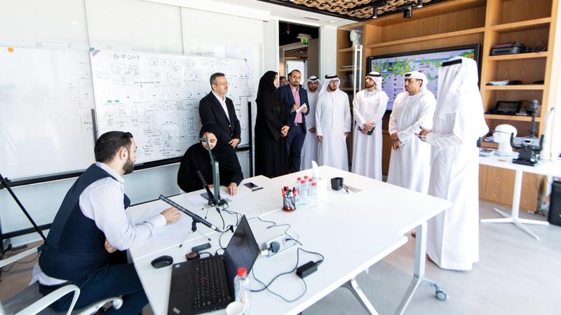 «الإمارات اليوم» تعرفت إلى آليات التحوّل الرقمي الذكي لمدينة دبي.  تصوير: أحمد عرديتي