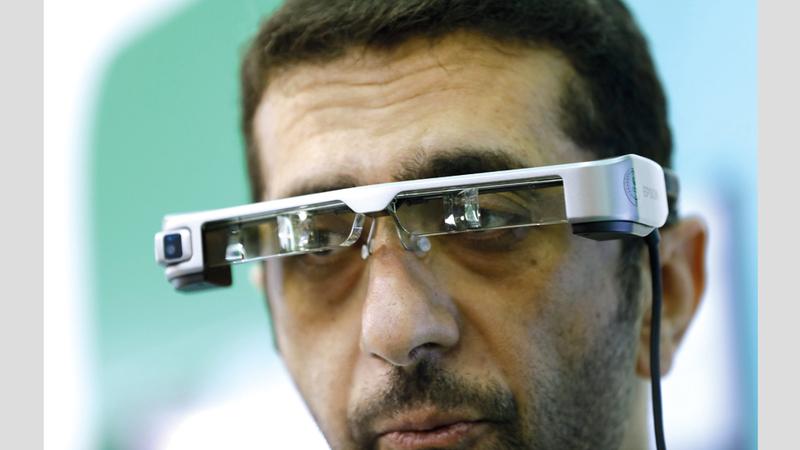 النظارة تتعرّف إلى ملامح الوجه وترسل إشعاراتها إلى الجهات المعنية لاتخاذ اللازم. من المصدر