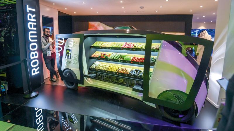 السيارة الجديدة تسير في المدينة وفقاً للطلب لتتيح التسوّق والشراء منها باستخدام تطبيق ذكي. تصوير: أشوك فيرما