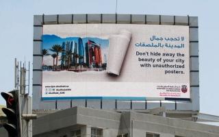 الصورة: 750 إنذاراً ومخالفة ضمن حملة على الملصقات الإعلانية في أبوظبي