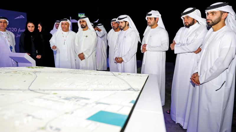محمد بن راشد خلال اطلاعه على سير العمل في مشروع مسار 2020 لمترو دبي بمحطاته السبع. وام