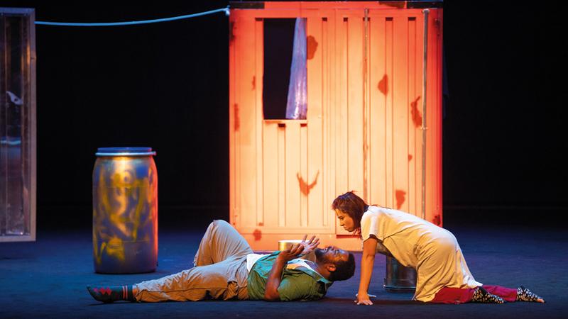المسرحية تدور حول مجموعة من اللاجئين يبحثون عن ملجأ.  تصوير: أحمد عرديتي